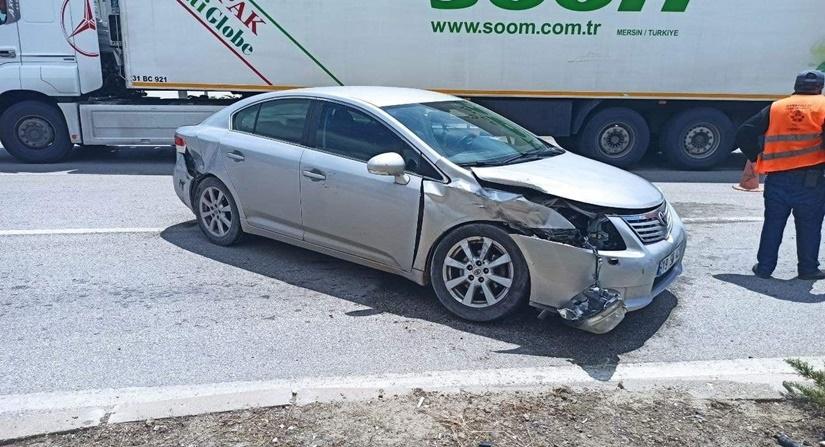 Kavşakta İki Otomobil Çarpıştı: 2 Yaralı